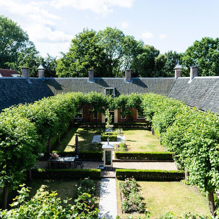 Binnentuin van het Wildemanshofje in Alkmaar.  Beeld Katja Poelwijk