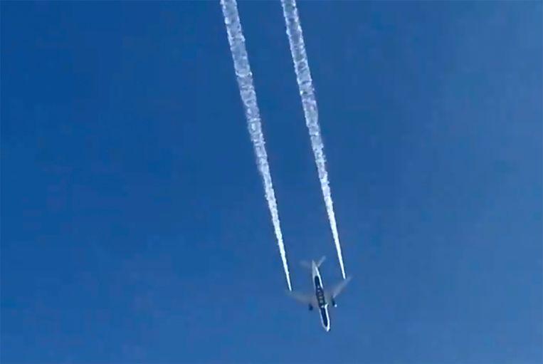 De Boeing van Delta Air Lines loost brandstof nabij de stad Los Angeles.  Beeld AP