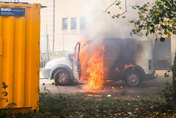 De bestelbus vloog op de Oranjelaan in Dordrecht in brand.