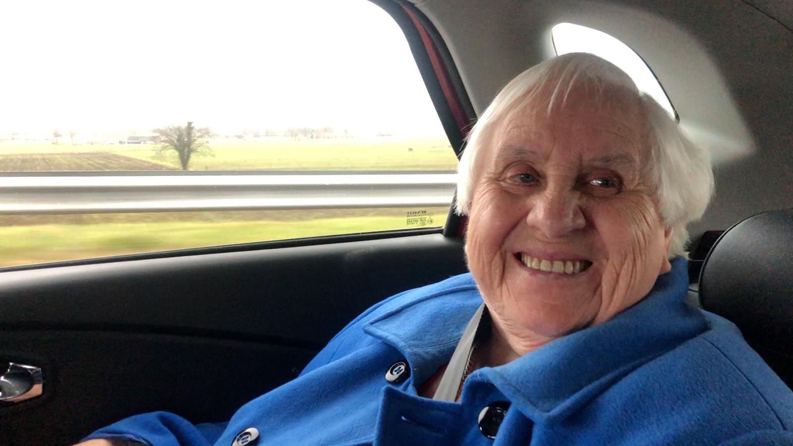 Mevrouw Rehorst op weg naar de GGD.