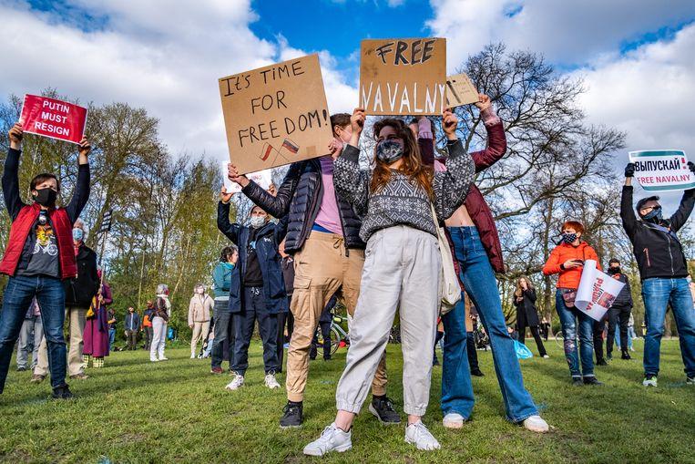 Ook in het Vondelpark was woensdag een demonstratie voor de vrijlating van Navalny.  Beeld Joris van Gennip