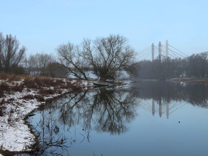 Vroeg op maar het duurde niet lang voordat de sneeuw verdween als 'sneeuw voor de zon'. Bij de uiterwaarden bij Ewijk met Tacitusbrug, en reflectie van boom en sloepje in het water.