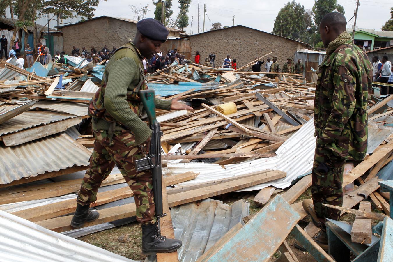 Keniaanse politie bij de ingestorte school in Nairobi.