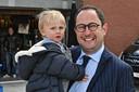 Gespot aan het terras van Bar Amorse in Kortrijk, minister Vincent Van Quickenborne en zoontje Scott