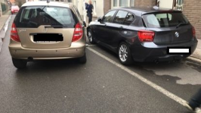 Bestuurder rijdt tegen geparkeerd voertuig