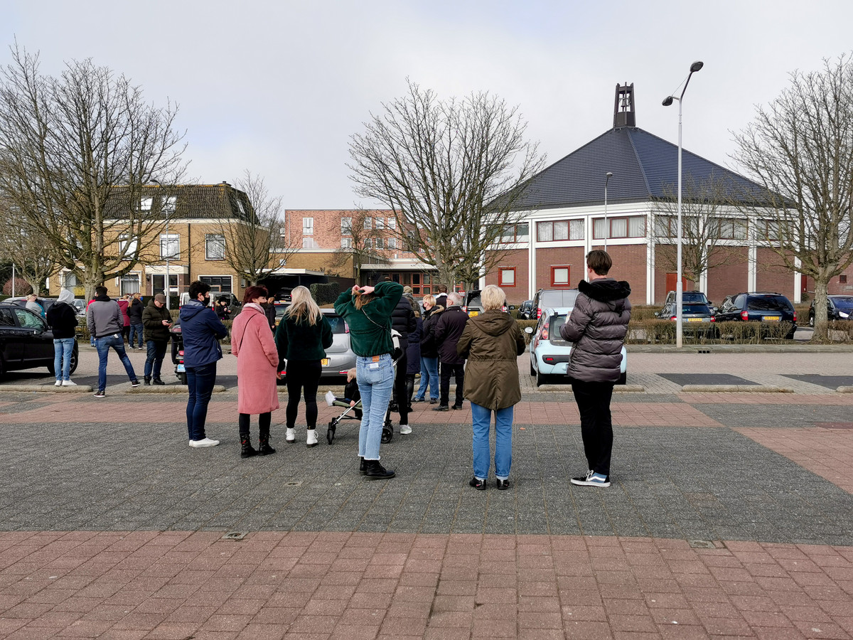 De demonstratie bij de Krimpense Mieraskerk.