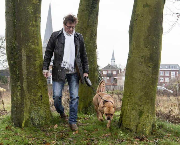 Mike van Leuven met  Harley in Haaksbergen. Hij was eerst buddy voor het dier, adopteerde de hond later.