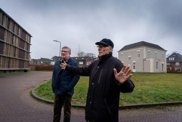 Jan Bouwman (links) en Ton Hogervorst, die links in het appartementencomplex wonen, zijn tegen de bouw van een huis voor dementerenden op het grasveld achter hen. Rechts het oude schippersinternaat.