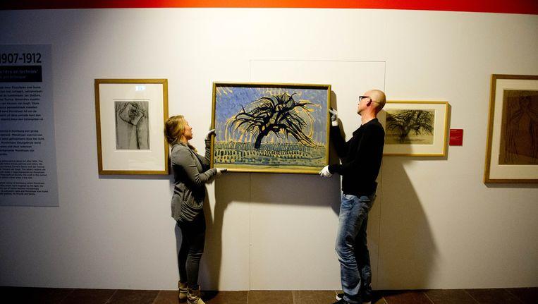 In het Amsterdam Museum wordt de tentoonstelling Mondriaan opgebouwd. Beeld ANP