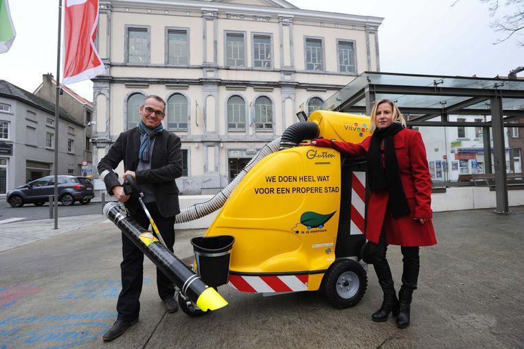 Schepenen Jo De Ro en Katrien Vaes testen een van de zwerfvuilzuigers uit.