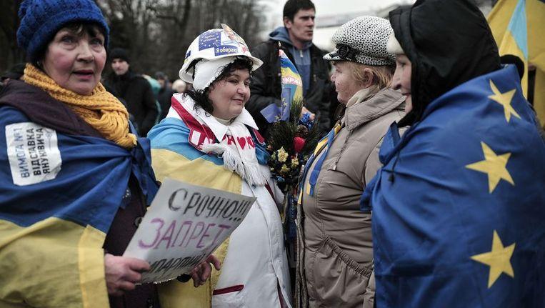 Vrouwen discussieren buiten het parlementsgebouw in Kiev. Beeld afp