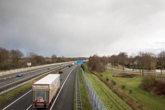Links de betonnen schermen langs de wijk Stadsweiden en na het blauwe bord ook rechts langs de wijk Drielanden. Die blijven voorlopig 2,5 tot 3 meter hoog.