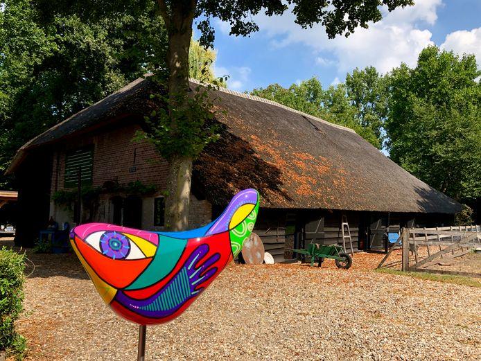 Galerie Culinart is gevestigd in de Vlaamse schuur van de Nispenhoeve. Op de voorgrond een kunstwerk van Marianne Naerebout.