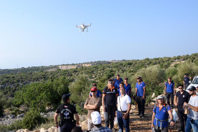 De Turkse politie zet een drone in tijdens de zoektocht naar Joey