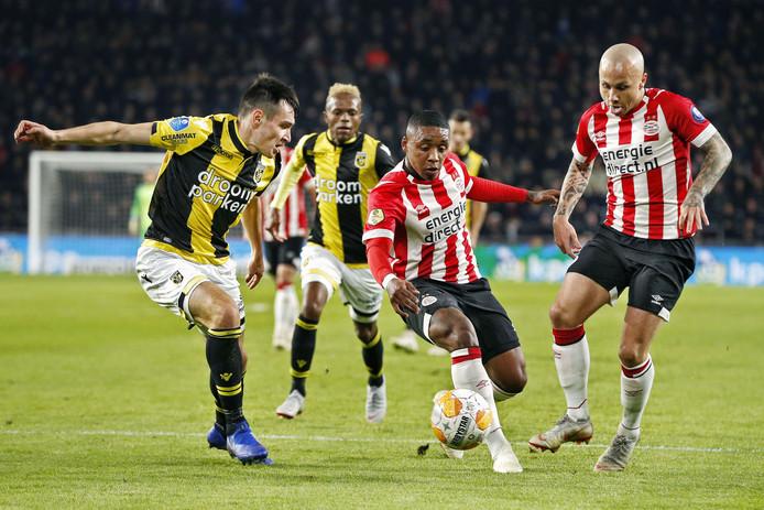 Steven Bergwijn in actie tegen Vitesse.