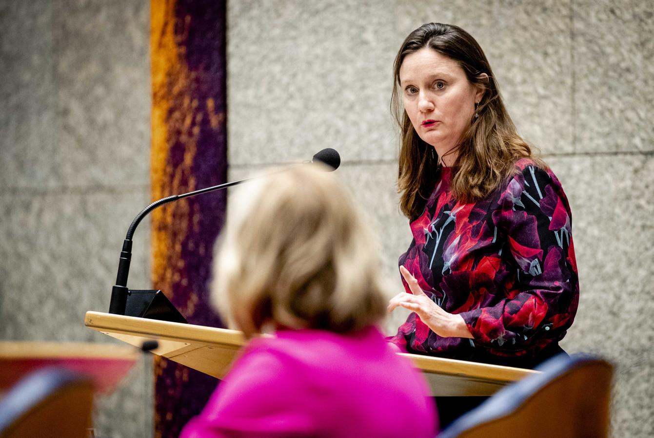 Suzanne Kröger (GroenLinks) en Cora van Nieuwenhuizen, minister van Infrastructuur en Waterstaat, tijdens het wekelijkse vragenuur in de Tweede Kamer.