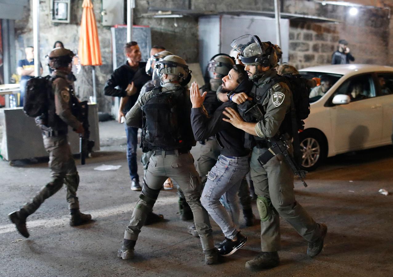 Israëlische veiligheidsdiensten arresteren een Palestijnse demonstrant.