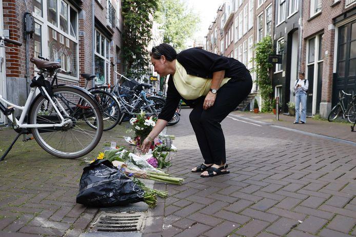 Mensen leggen bloemen neer op de plek waar Peter R. de Vries is neergeschoten.