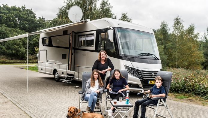 Nancy met haar kinderen voor de supercamper