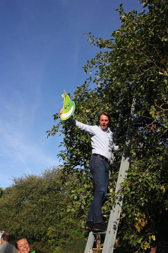 Wethouder Paul Boogaard haalt een toffe peer uit de boom