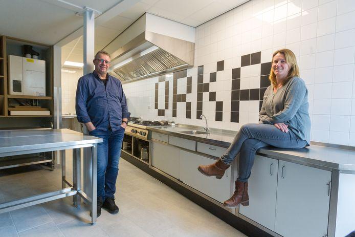 Johan Hendriks en Mirjam Hendriks van Activiteitencentrum Orka in de nieuwe keuken.