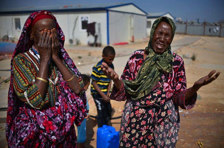 Vrouwen huilen in een vluchtelingenkamp vlak buiten Tripoli. Archieffoto. Beeld EPA