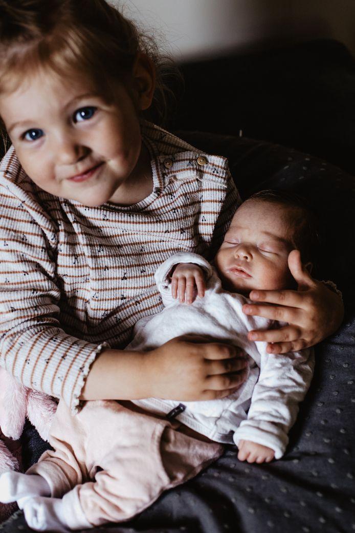 Sophie (4) met haar nieuwe zusje