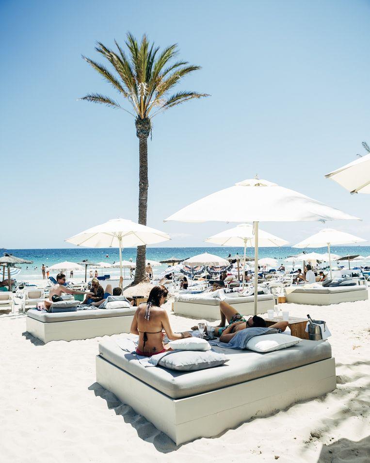 Beachbars doen steeds meer moeite om de jetset aan te trekken, met luxueuze bedden op het strand. Beeld Joris Casaer