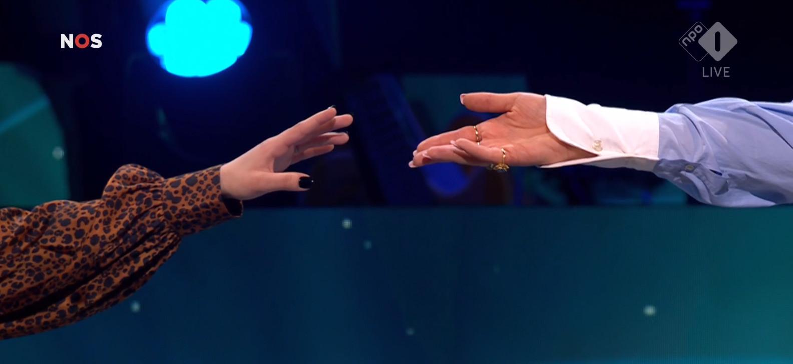 Hanin (links) en Maan reikten elkaar de hand.