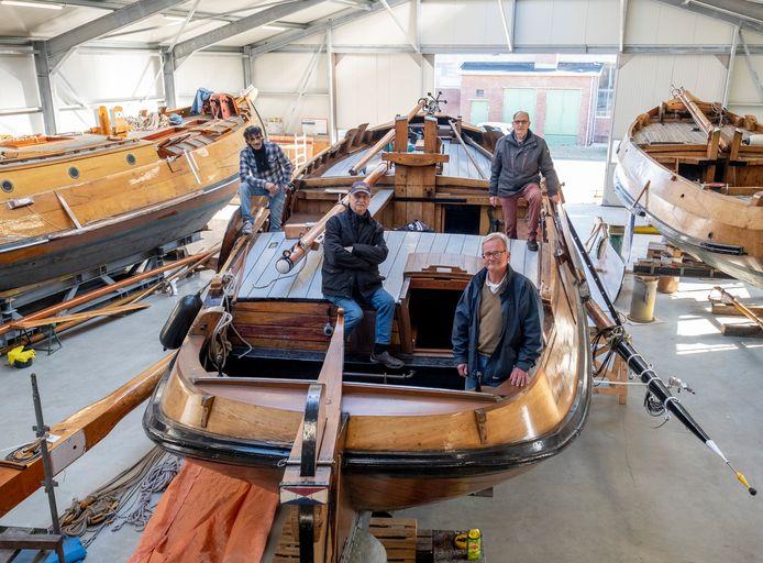 Loodsbeheerder Mo Ekan, bestuurders Gaston Timmerman en Carel Flipse en vrijwilliger Jan-Kees Jansen (vlnr) op de Andries Jacob (YE 36), het oudste schip van de Stichting Behoud Hoogaars.
