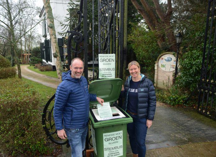 Michiel Smit en Margot van der Aart van Pension 't Huys Grol aan de Stoofweg in Renesse voerden twee jaar geleden ook actie tegen de plannen voor verhuizing van de Jumbo supermarkt naar de Dreef achter hun terrein.