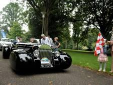 Kijken naar mooie auto's in Oosterbeek tijdens de Airborne Rally
