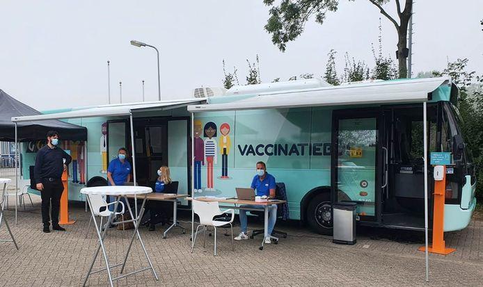 De vaccinatiebus van de GGD IJsselland.