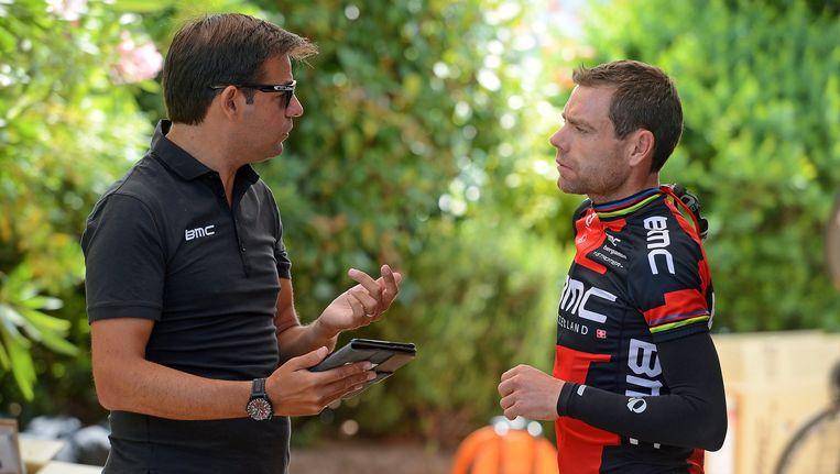 John Lelangue in gesprek met Cadel Evans tijdens de voorbije Tour de France. Beeld PHOTO_NEWS