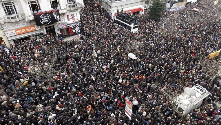 Tienduizenden mensen hebben zich vandaag in Istanbul verzameld. Beeld epa