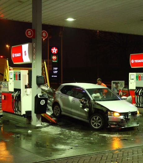 Auto ramt door gladheid pomp van tankstation bij Amersfoort