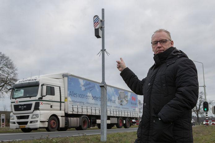 Alfons Schotman bij flitspaal 3552 tussen Wierden en Nijverdal.