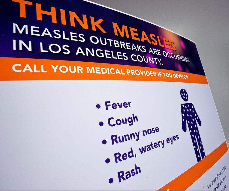 Een waarschuwingsposter met de symptomen van mazelen in Los Angeles. Beeld AP