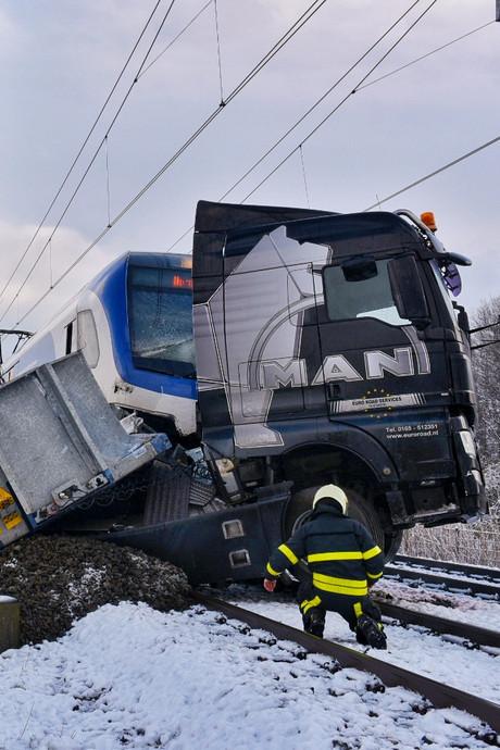 Trein ramt vrachtwagen: urenlang geen treinverkeer tussen Den Bosch, Tilburg en Breda