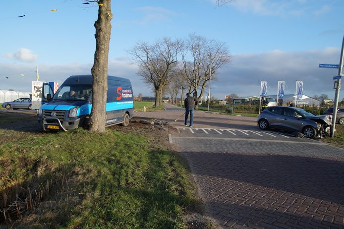 Twee auto's zijn op elkaar gebotst op een kruising in Elshout.