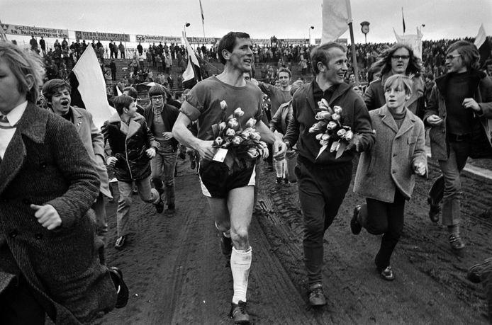 Daan Netten gaat voorop bij de vreugde na de promotie van FC Den Bosch naar de eredivisie in 1971.