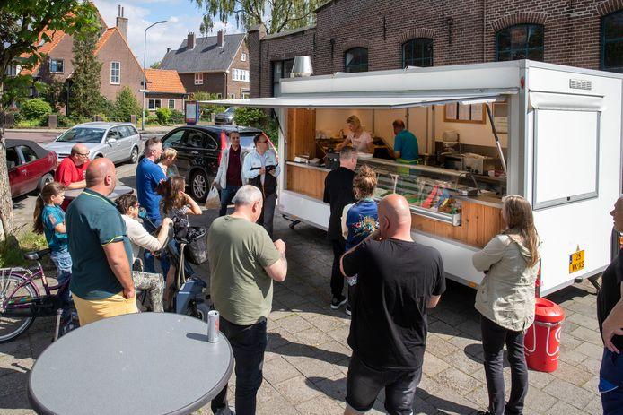 Drukte bij frietkraam Frans Patat op hoek van de Beatrixlaan en de Harnjesweg in Wageningen.
