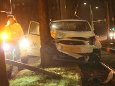 Auto botst tegen trammast op de Waldeck Pyrmontkade