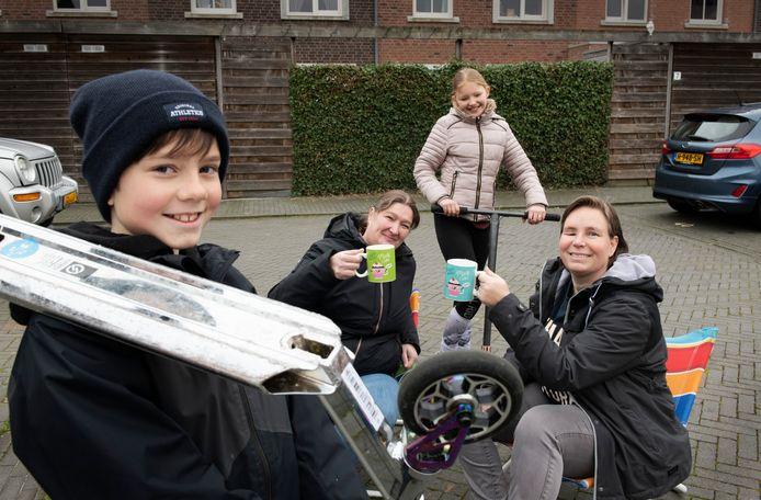 Monique (groene beker) en Denise met dochters Tessa (met muts) en Indy.