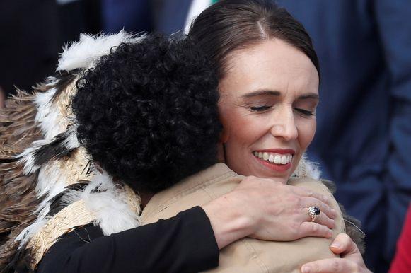 Jacinda Ardern, premier van Nieuw-Zeeland, omhelst een familielid van een van de slachtoffers.