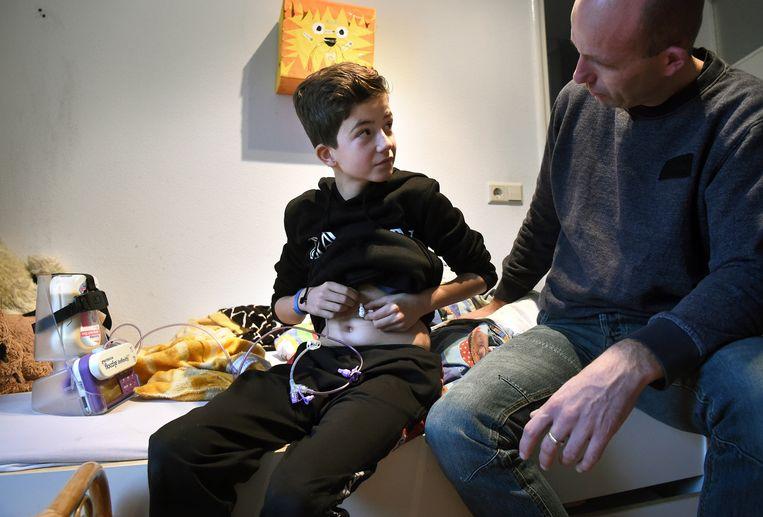 Hans Westerink en zijn zieke zoontje Finn, die sinds zijn geboorte een energiestofwisselingsziekte heeft. Beeld de Volkskrant