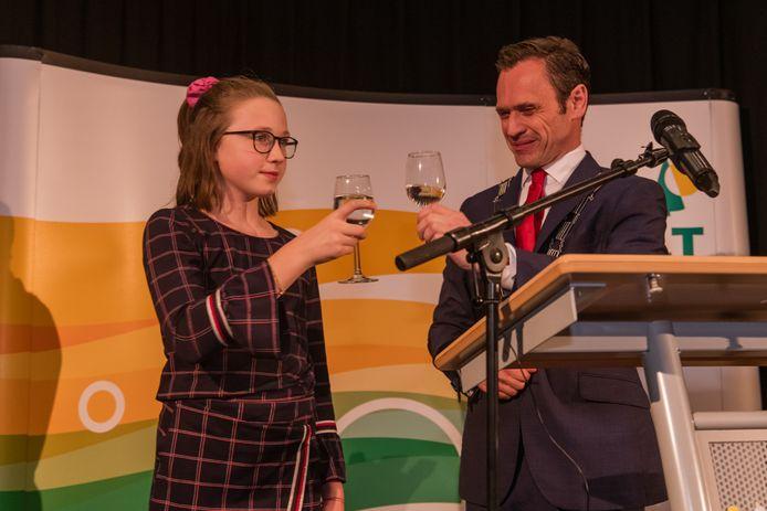 Burgemeester Sjoerd Potters en kinderburgemeester Carmen Braak klonken op haar benoeming. De Bilt zoekt een nieuwe kinderburgemeester.