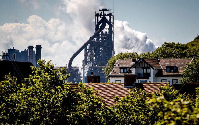 Woonhuizen in Wijk aan Zee met op de achtergrond het terrein van staalproducent Tata Steel. Omwonenden van het terrein zijn ongerust en kritisch over de uitstoot van schadelijke stoffen.