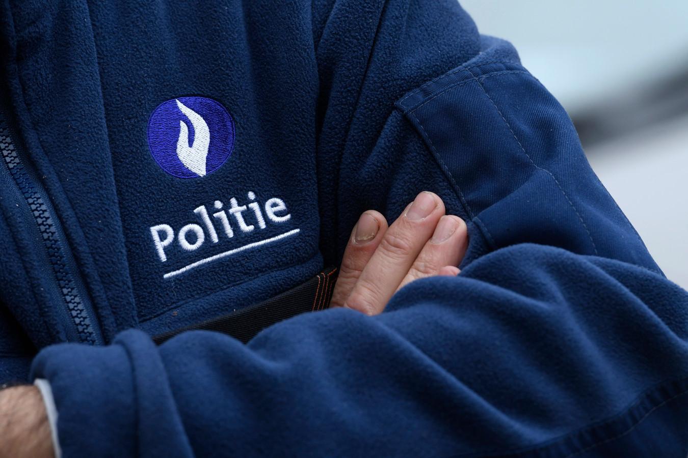 Vijf agenten kregen elk een schadevergoeding voor de slagen, stampen of fluimen die ze moesten verteren.