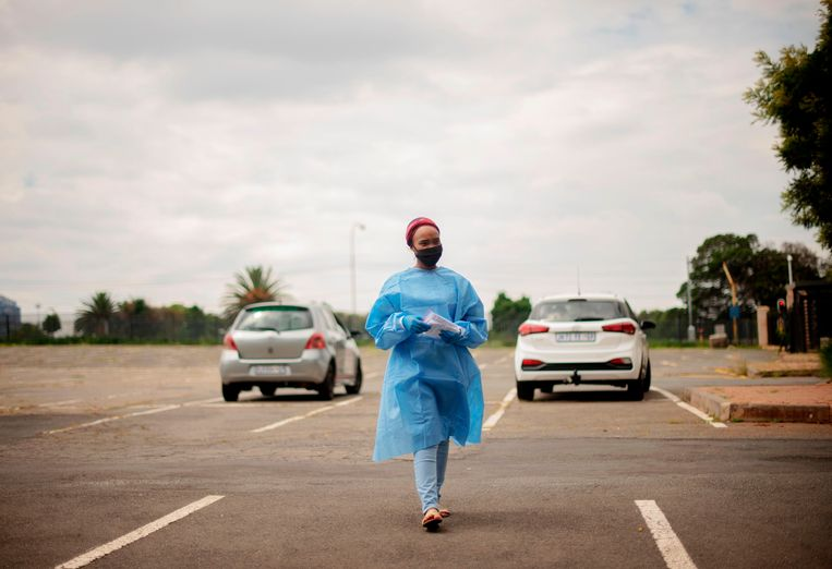 Een medewerker van Mullah Laboratories, een testlocatie in Braamfontein in Zuid-Afrika, het land waar een nieuwe besmettelijke variant van het coronavirus is ontstaan.  Beeld AFP
